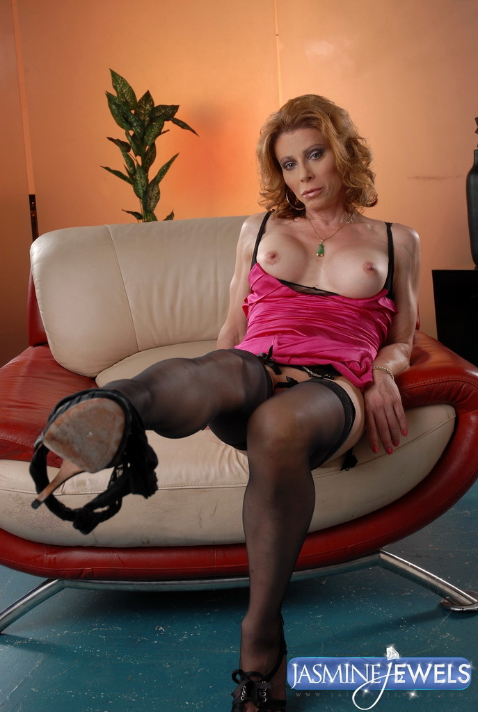Beautiful Transsexual MILF Exploring Her Meaty Dick Ass