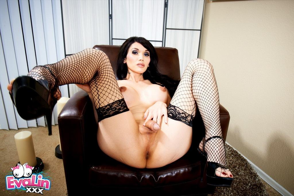 Steamy Eva Spreads In Stockings