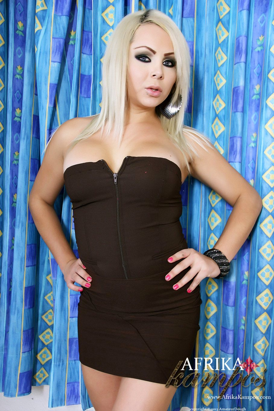 Beautiful Blonde With An Perfect Bum Flashes Her Huge Surprise